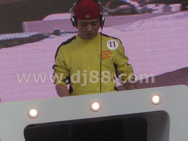 2009dj大赛现场专注的比赛的嘉宾照片
