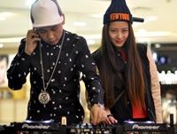 顶尖DJ老师与学员在新地活动之前的准备