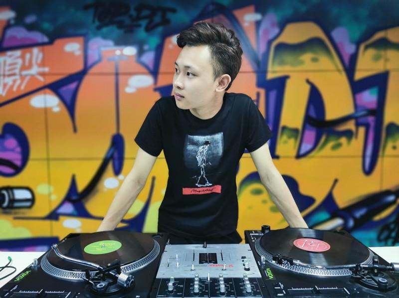 四川顶尖DJ学校学员谭维新照片